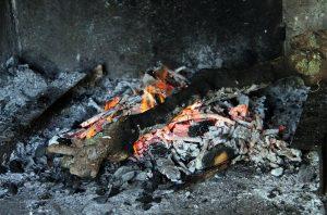 Ramonage d'une cheminée par le ramoneur à Saint Nazaire, Mahé